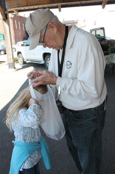 "<div class=""source"">RANDY PATRICK/The Kentucky Standard</div><div class=""image-desc"">""What do you have?"" Ella Olson asks as she sticks her head in her grandfather's bag.</div><div class=""buy-pic""><a href=""http://web2.lcni5.com/cgi-bin/c2newbuyphoto.cgi?pub=191&orig=curious_ella.jpg"" target=""_new"">Buy this photo</a></div>"