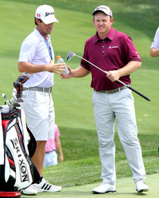 """<div class=""""source"""">DENNIS GEORGE/Contributing Photographer</div><div class=""""image-desc"""">J.B. Holmes swaps a bottle of Gatorade for a putter from his caddy Brandon Parsons during Tuesday's practice round for the 96th PGA in Louisville. Holmes and Parsons are childhood friends from Campbellsville.</div><div class=""""buy-pic""""></div>"""