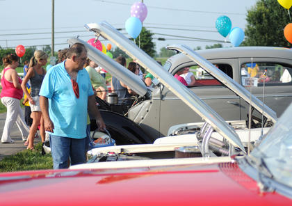 Arthu Stanley, Bardstown, surveys one of the vintage automobiles at The Salt River Electric picnic Monday.