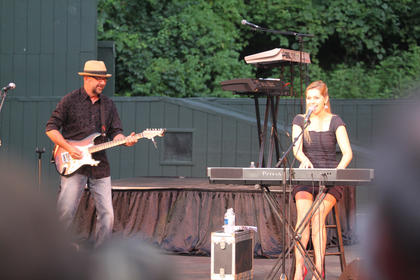 J.P. Pennington performed on stage with his daughter, Jessie Rose Pennington, for one song Monday night.