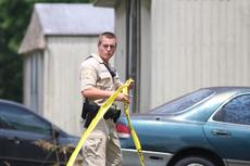 """<div class=""""source"""">KACIE GOODE/The Kentucky Standard</div><div class=""""image-desc"""">A Nelson County Sheriff's deputy tapes off an area on Pleasurefield Avenue in Stumph's Mobile Home Park after the NCSO responded to a possible shooting.</div><div class=""""buy-pic""""><a href=""""/photo_select/87741"""">Buy this photo</a></div>"""