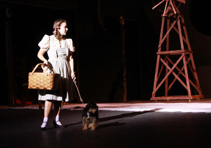 Dorothy Gale (Trish Epperson) runs away from home to prevent Toto the dog (Molly) from being taken to the pound.